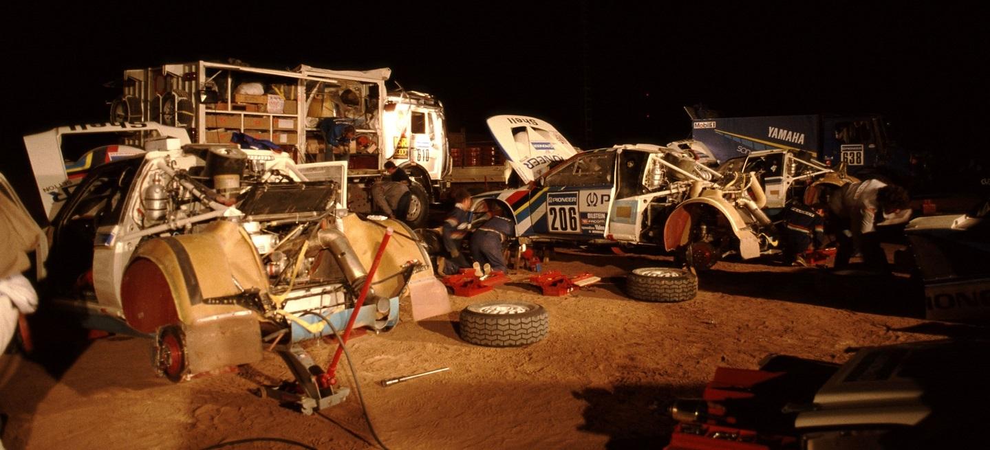 109 - Paris Dakar 1988. Assistance team Peugeot.