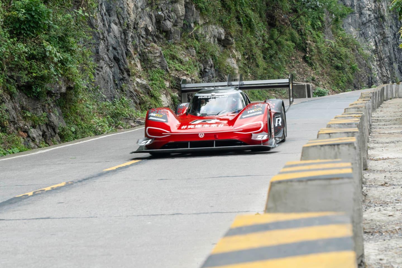 Campeonatos de Montaña Nacionales e Internacionales (FIA European Hillclimb, Berg Cup, MSA British Hillclimb, CIVM...) - Página 30 Volkswagen-record-tianmen-2019-romain-dumas-5