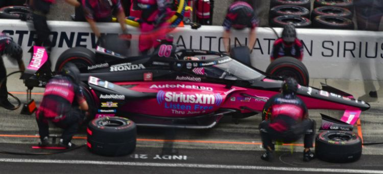 castroneves-pits-indy-500-2021