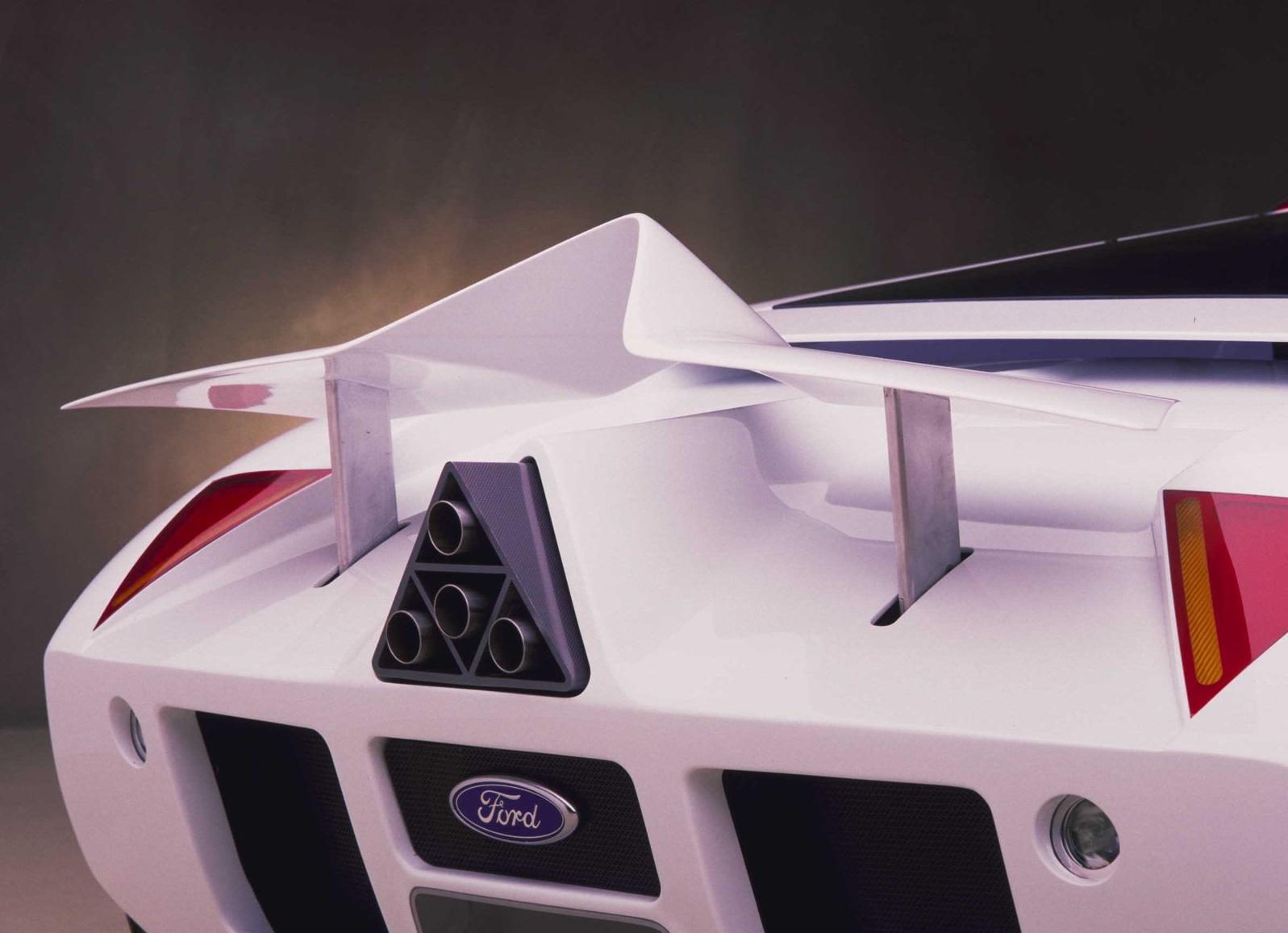 1995-Ford-GT90-Concept_aler%C3%B3n-trasero.jpg