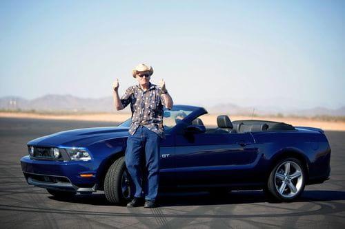 Estando ciego también se puede disfrutar de un Ford Mustang