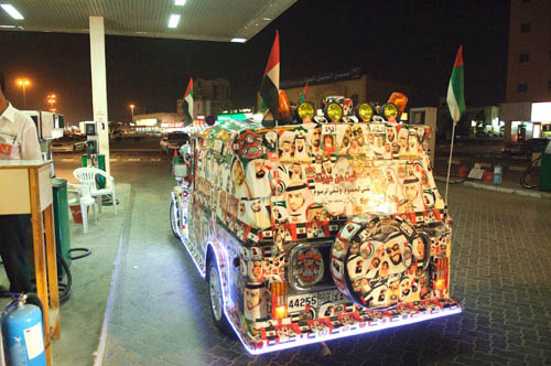 Un Jeepney lleno de pegatinas de jeques árabes