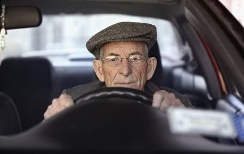 Abuelo al volante