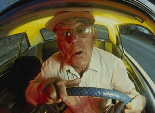 Anciano conduciendo