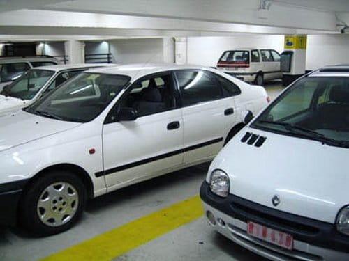 Aparcamiento sólo para coches blancos