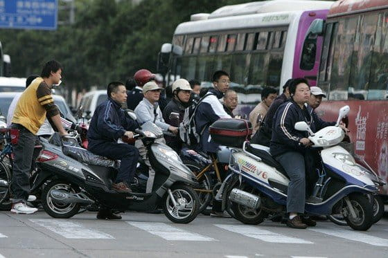 Un negocio en los atascos chinos: motos lanzadera para escapar