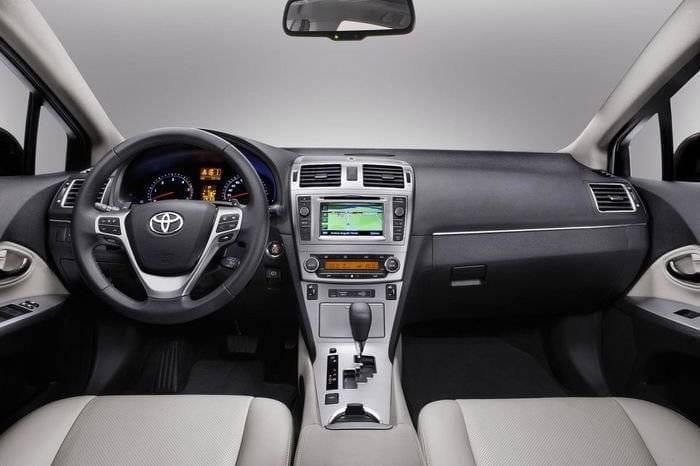 Luces LED y un poco de maquillaje en el lavado de cara del Toyota Avensis