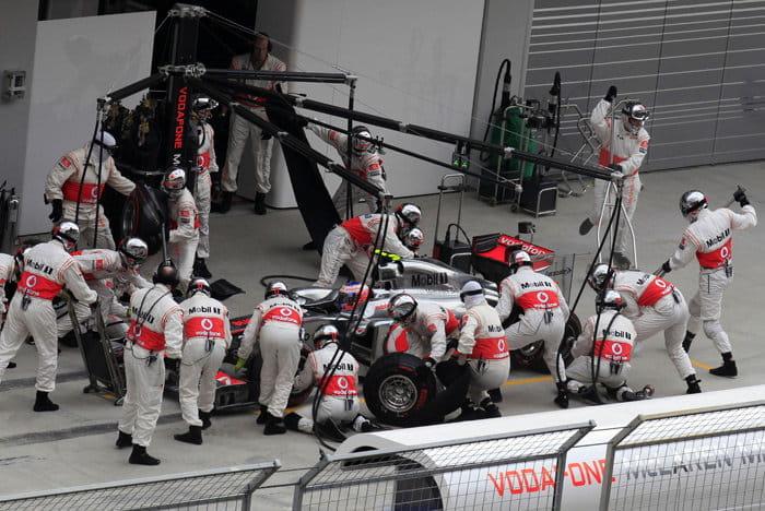 Jenson Button haciendo un pit-stop en el GP de Corea 2011