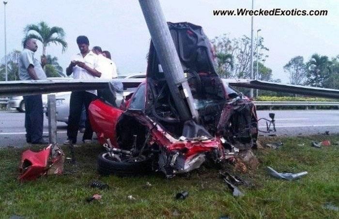 Un Ferrari menos en el mundo: F430 accidentado y destrozado por un guardarraíl
