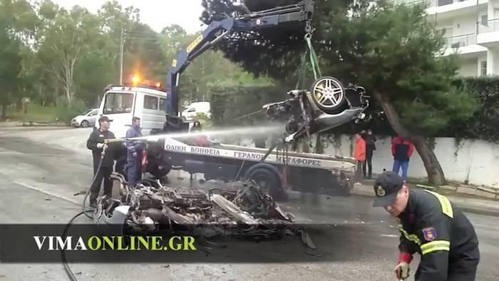 Un Ferrari F430 terriblemente accidentado, partido en dos e incendiado... pero sus ocupantes han sobrevivido