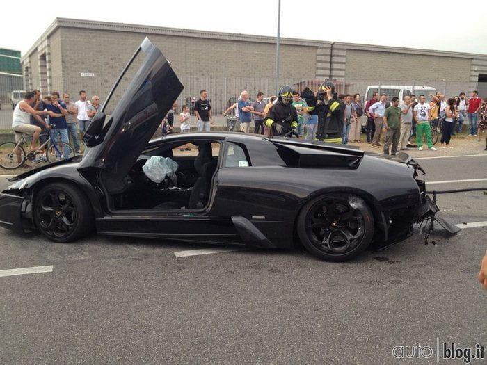Un Lamborghini Murciélago se estrella contra un concesionario de BMW en Italia