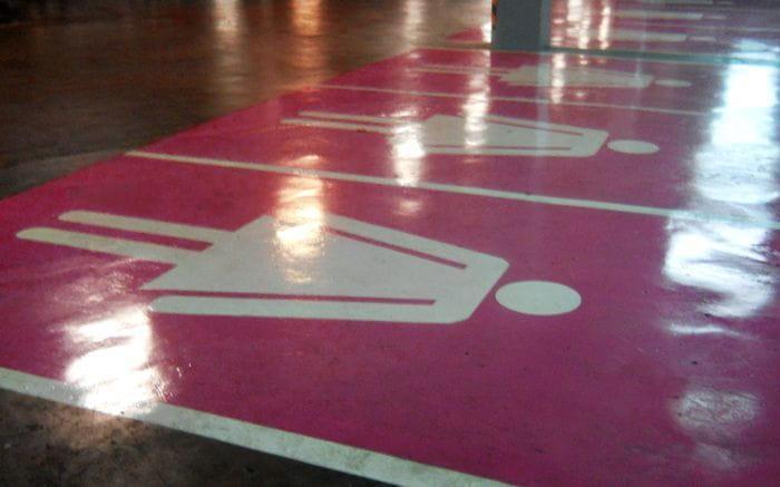 La ciudad alemana de Tilberg estrena plazas de aparcamiento para hombres y para mujeres