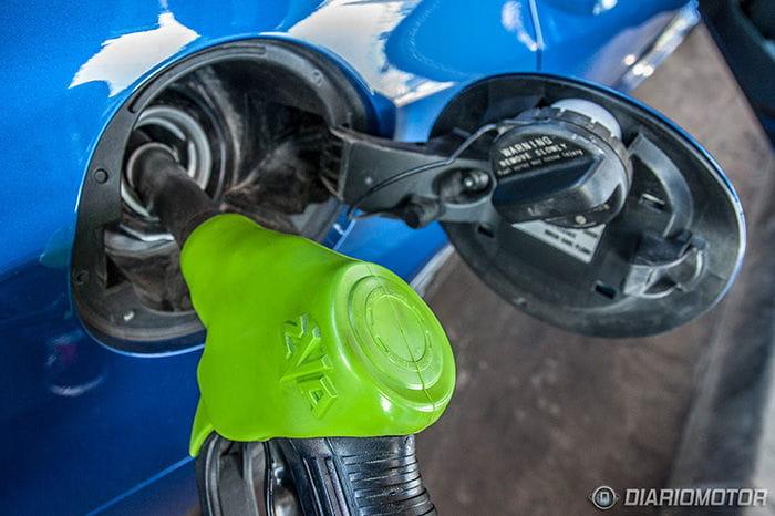Lleno, por favor: aprovecha para llenar el depósito de tu coche, el precio del combustible en mínimos