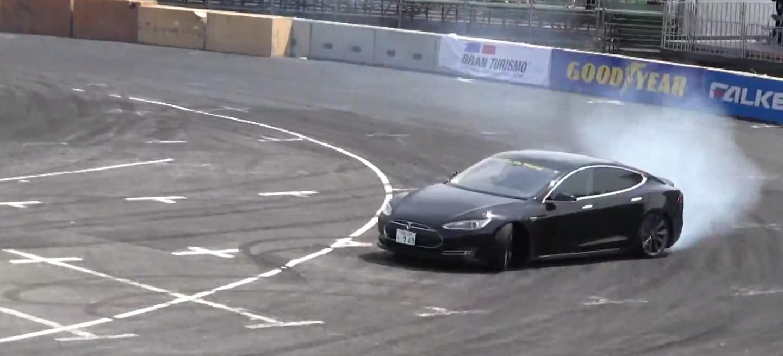 Demostrado: el Tesla Model S puede hacer drifting ¡y de qué manera! (vídeo)