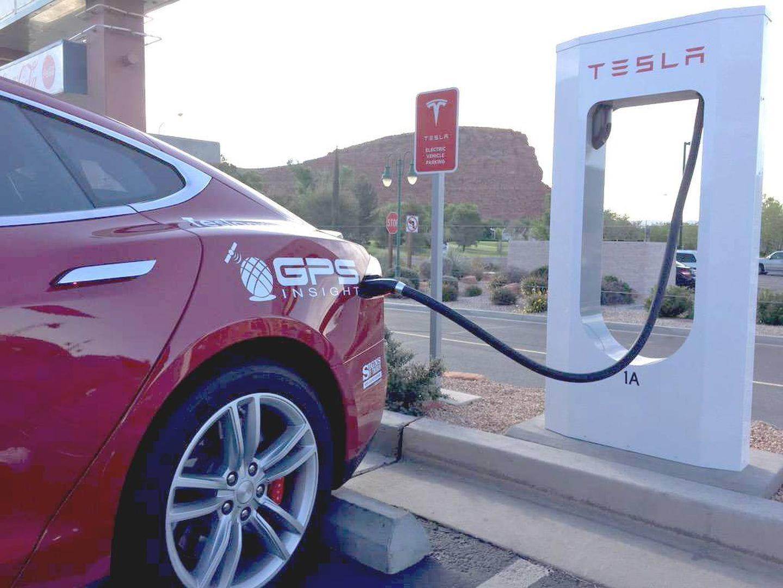 Una clásica imagen de los automóviles Tesla recargando su batería eléctrica| Foto: Diariomotor.com