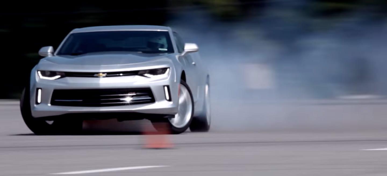 Ver a este Chevrolet Camaro de 4 cilindros quemando rueda es una delicia, visual y sonora