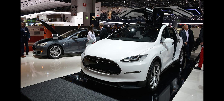 """Tesla Model X: un SUV eléctrico con """"alas de halcón"""" que hará el 0 a 100 km/h en 3.X segundos"""