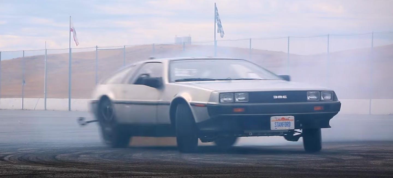 """El auténtico coche de Regreso al Futuro es un DeLorean ¡es """"autónomo"""" y hace trompos! (vídeo)"""