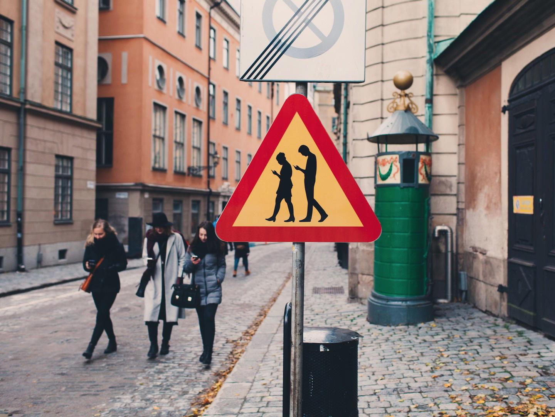 peligro-peatones-usando-el-movil-04