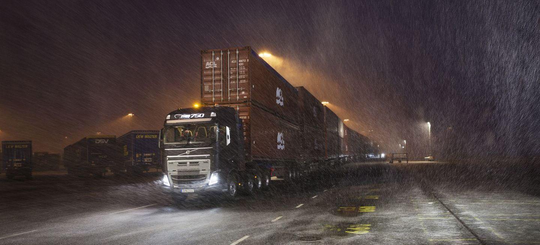 ¡Impresionante! Este Volvo FH16 remolca en vídeo 750 toneladas de peso, en 20 remolques y 40 contenedores
