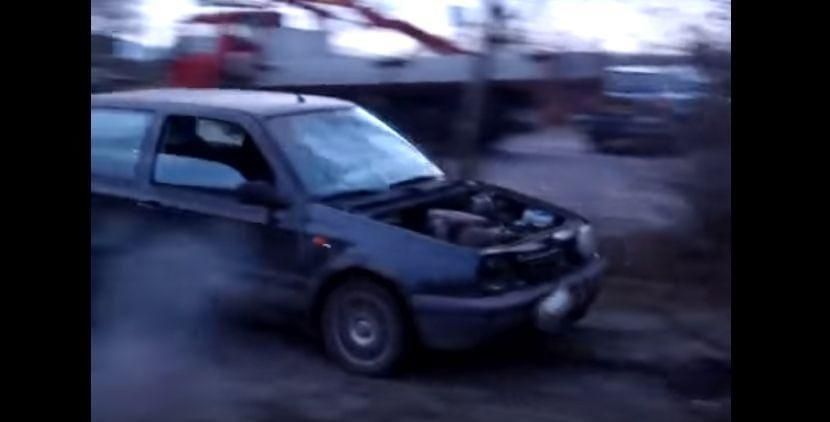 Una cadena y muy poco cerebro: la forma más rápida de extirpar el motor de un coche