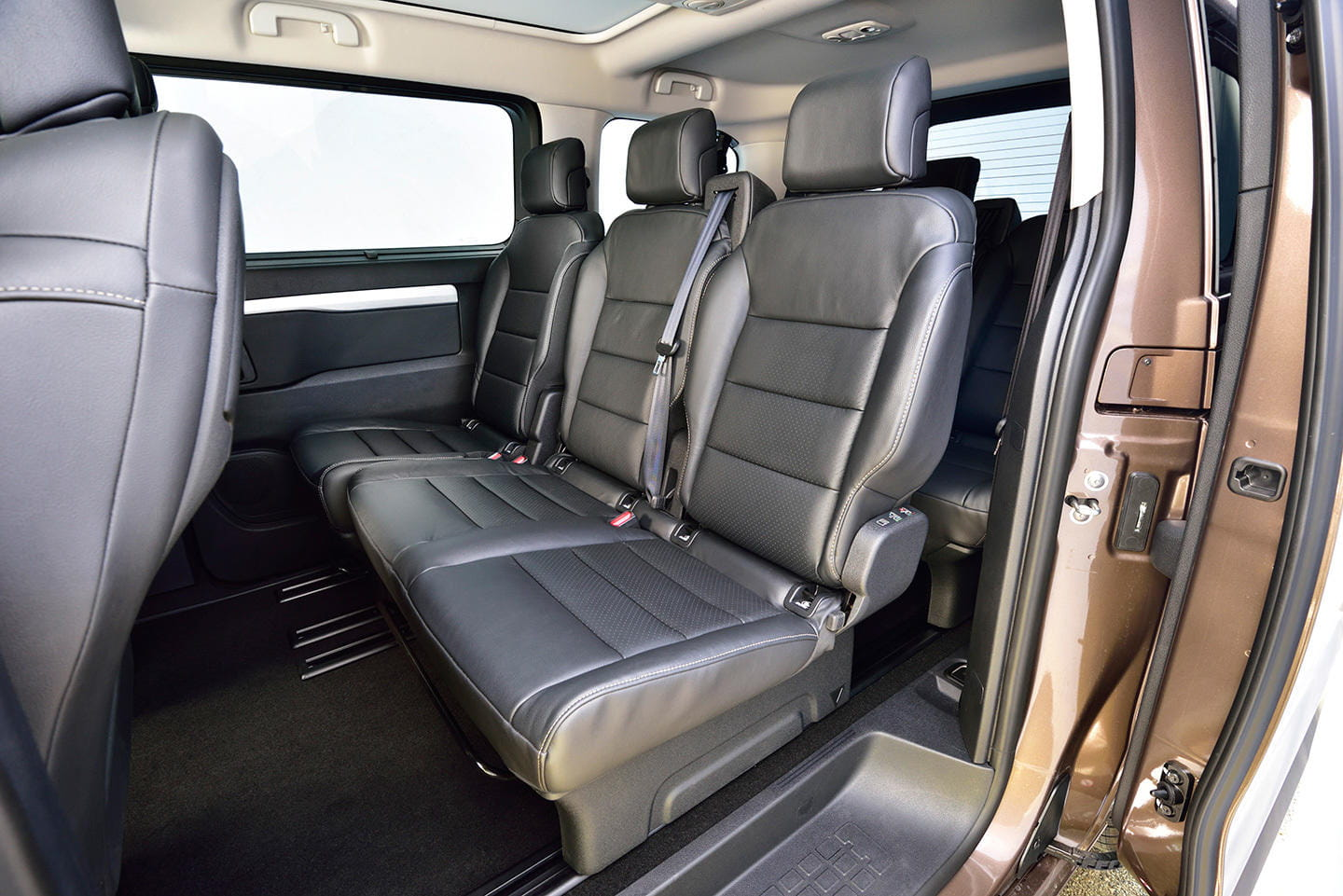toyota proace verso cuando la furgoneta se convierte en. Black Bedroom Furniture Sets. Home Design Ideas