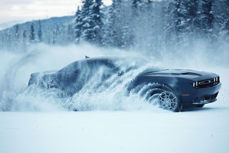 Así se mueve en la nieve el Dodge Challenger GT AWD, el primer muscle car 4×4 de la historia
