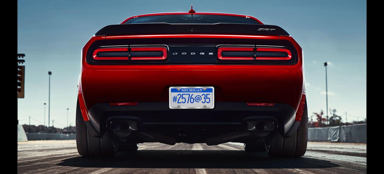 En Dodge se han vuelto locos creando una bestia de drag-race: sus ruedas delanteras son más anchas que las traseras de un Lamborghini