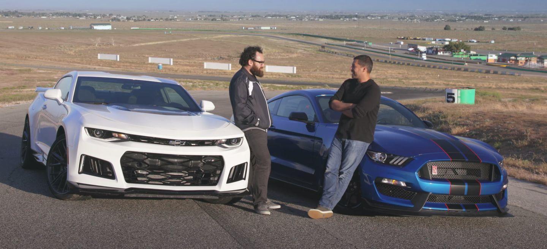 El duelo definitivo: Motor Trend enfrenta en vídeo a los Chevrolet Camaro ZL1 y Shelby Mustang GT350R