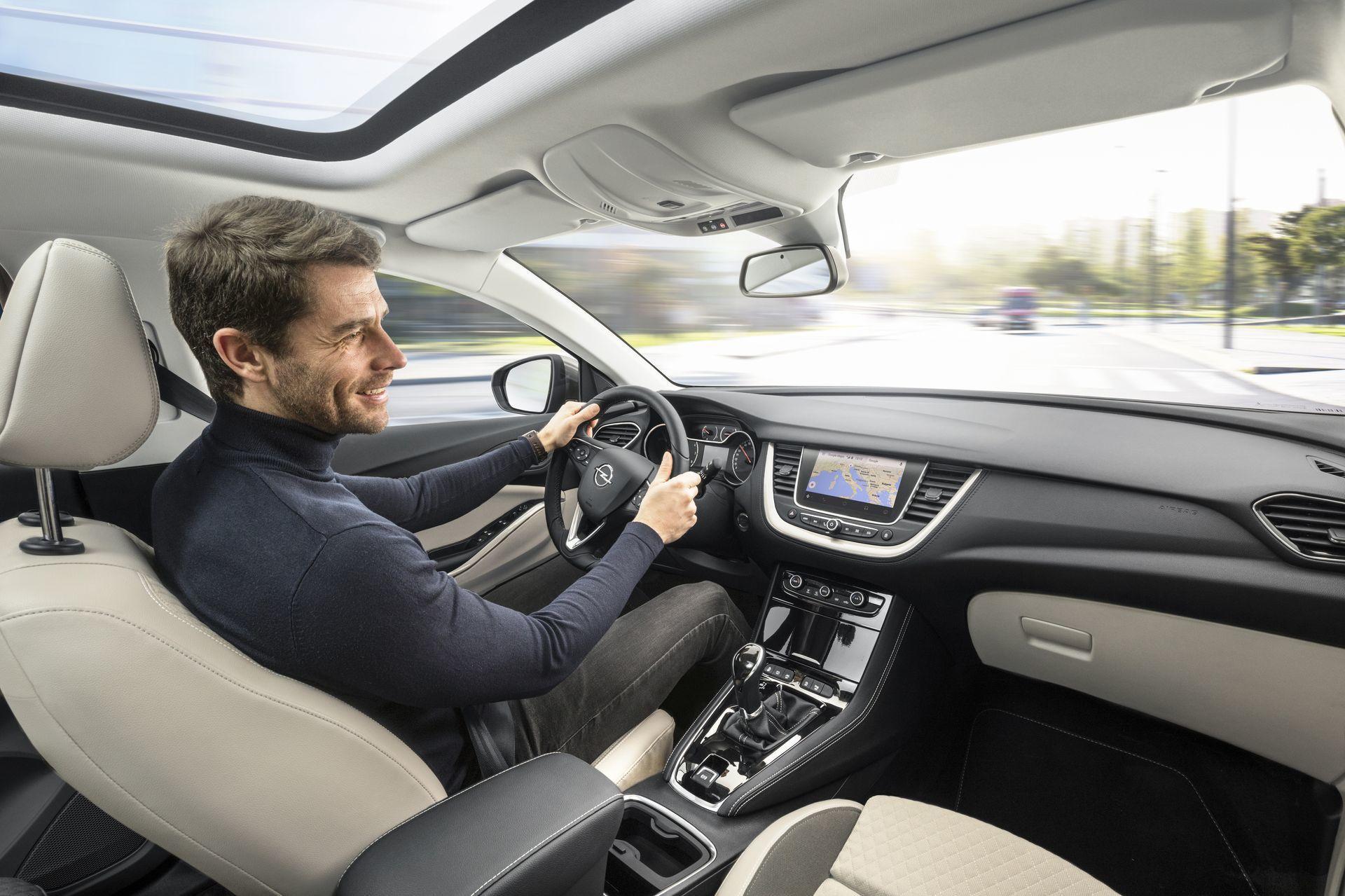 Opel grandland x desde euros en alemania con dos for Interieur opel grandland x