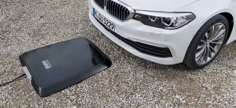 ¡Sencillez máxima! El BMW 530e iPerformance estrena un sistema de recarga inalámbrica