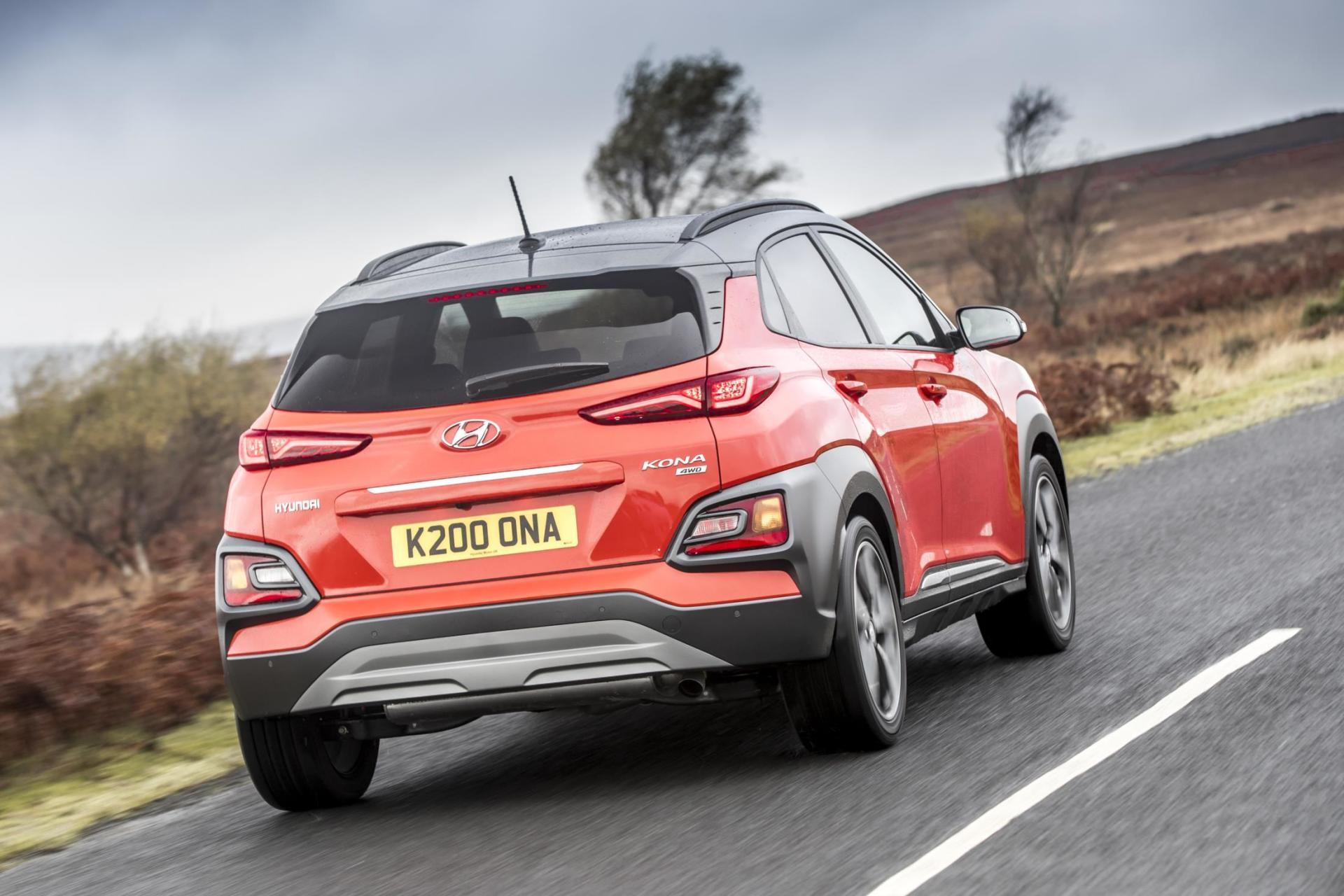 el hyundai kona es con permiso del kia stonic el suv de moda y te traemos 100 nuevas fotos. Black Bedroom Furniture Sets. Home Design Ideas