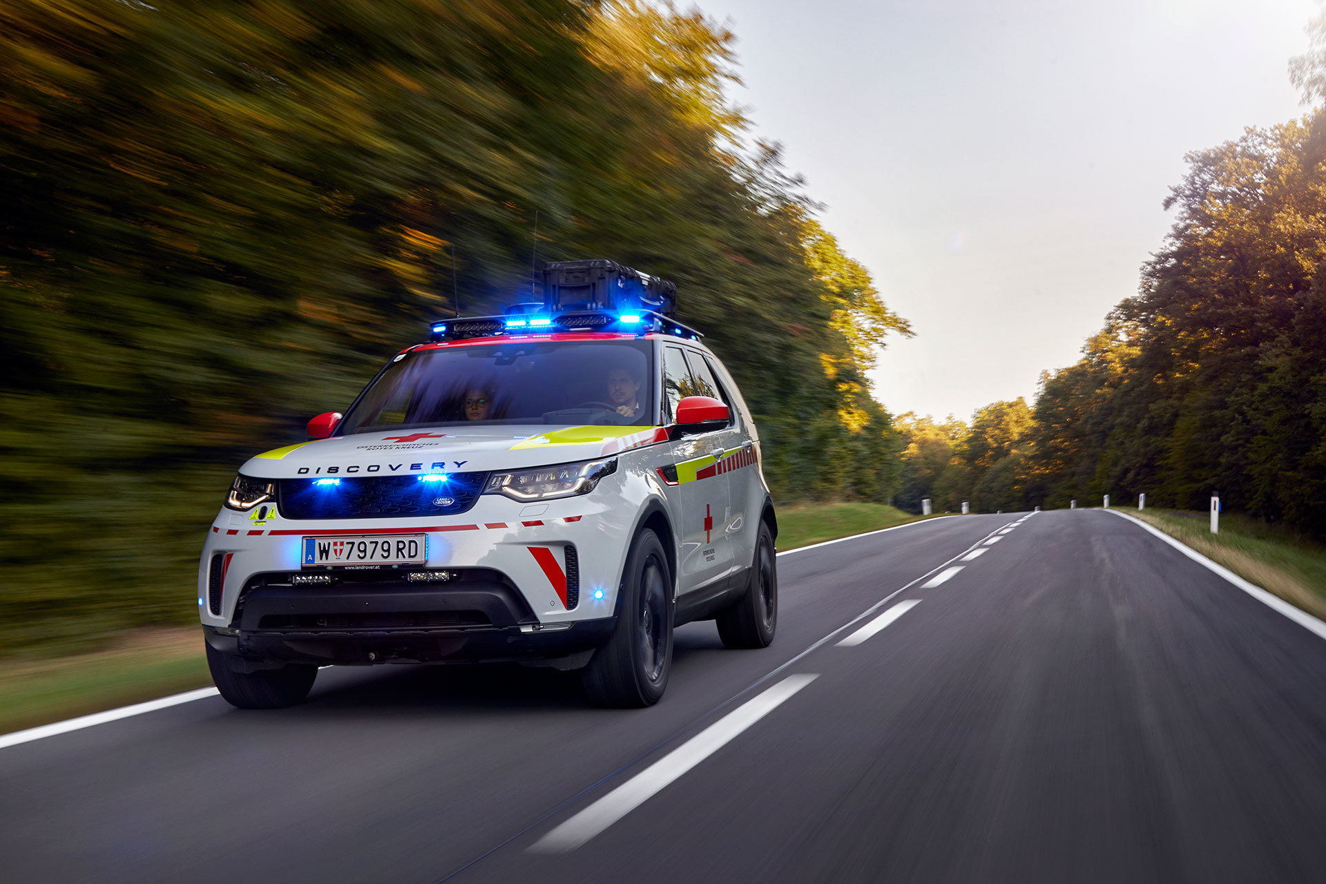 Land Rover Discovery Life Saving 2018 05