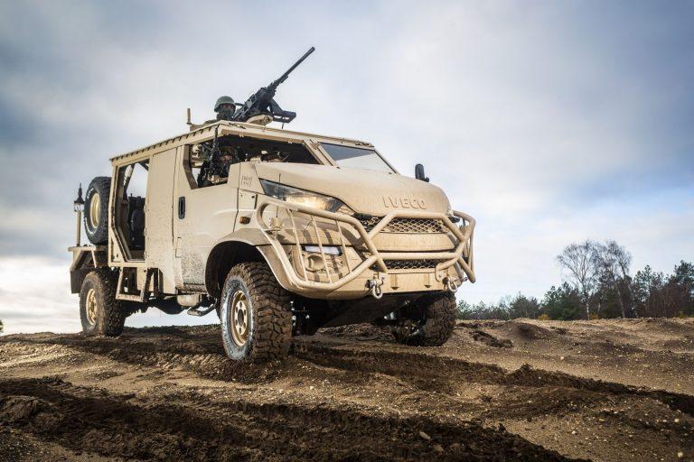 IVECO Daily 4x4 convertida en vehículo militar - Diariomotor