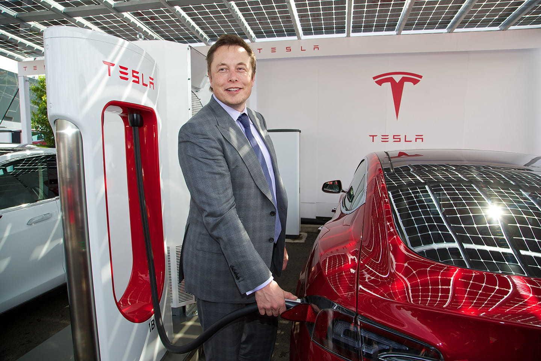 Elon Musk Tesla Cargando