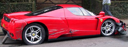 Ferrari Enzo contra un autobús