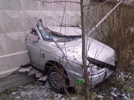 Accidente de coche de autoescuela, un saludo al muro
