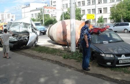Impresionantes imágenes de un accidente entre una hormigonera y varios vehículos