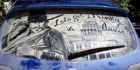 Arte en los cristales sucios de los coches