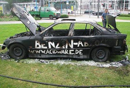 Quema su BMW en protesta por los precios de la gasolina