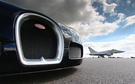 Bugatti Veyron vs EuroFighter, duelo de titanes en 3 dimensiones en vídeo
