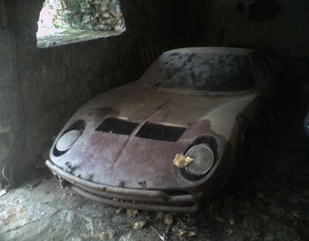 Coches clásicos deportivos abandonados, triste galería de imágenes