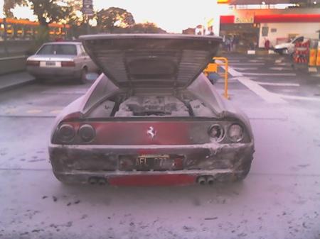 Inconsciencia: lleva su Ferrari 355 GTB ardiendo hasta una gasolinera