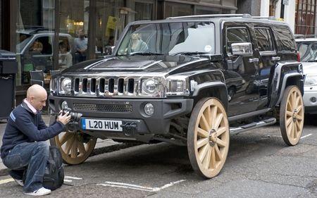 Un Hummer H3 con ruedas de carro
