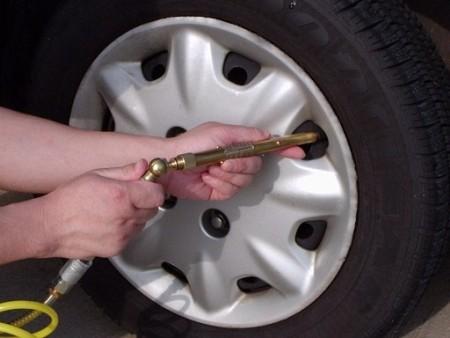 La incorrecta presión de los neumáticos provoca un aumento de las emisiones de CO2