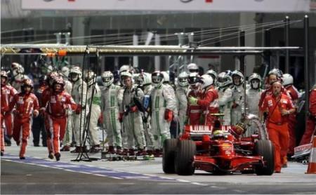 Los mecánicos de Massa acuden para extraer la manguera