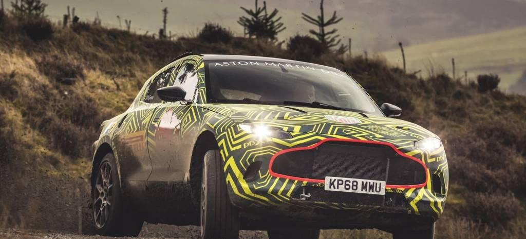 El primer vídeo del Aston Martin DBX en barro hace temblar al Lamborghini Urus