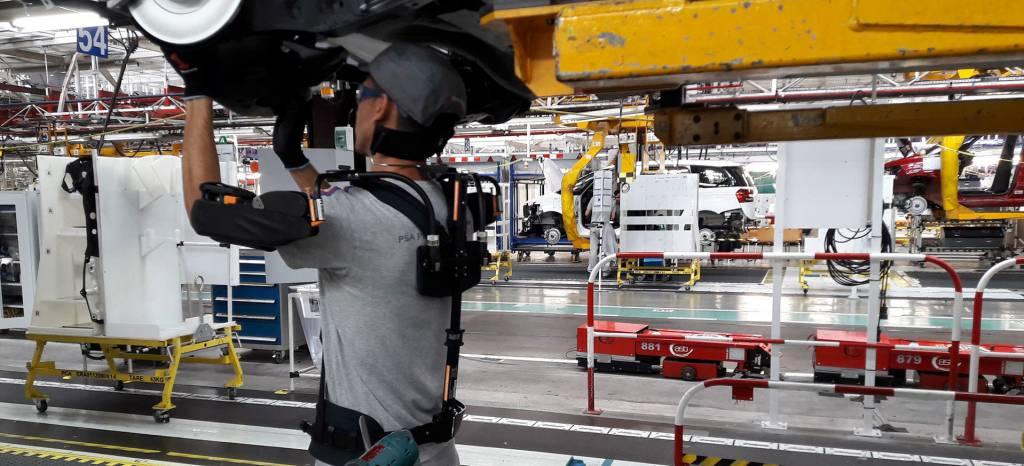 Citroën y Peugeot ya fabrican sus coches en Vigo utilizando exoesqueletos