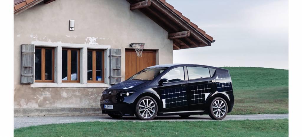 Una compañía alemana promete coches eléctricos solares, que se recargarán automáticamente aparcados al sol