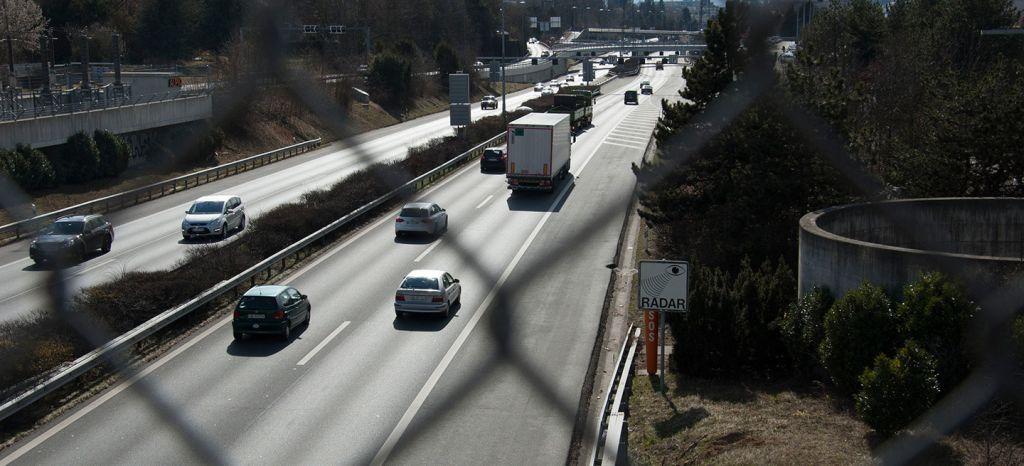 La DGT usará camiones camuflados para vigilarnos y luchar contra el uso del móvil en el coche